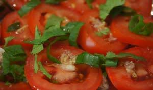 Salade de tomates avec vinaigrette au gingembre frais