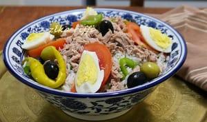 Salade de riz complète au thon et aux légumes