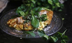 Omelette au chèvre et salade d'herbes