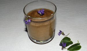 Mousse au chocolat noir et aux violettes