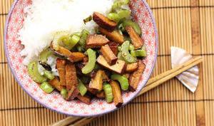 Tofu fumé et céleri au wok