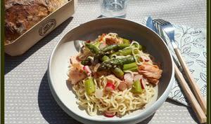 Salade de nouilles aux asperges et saumon