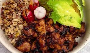 Buddha bowl mélange céréaliers poulet avocat et radis