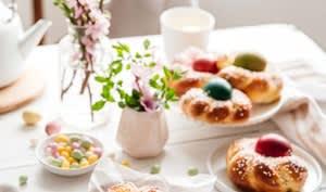 Brioches de Pâques aux oeufs colorés