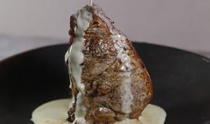 Grosse côte de veau rôtie à la crème de parmesan à l'ail