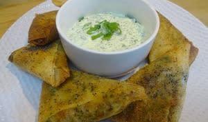 Samoussas de pommes de terre au curry et curcuma, poulet, crevettes, sauce au yaourt et coriandre