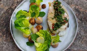 Queue de cabillaud au four, sauce aux herbes, navets glacés et vinaigrette au curcuma et agrumes