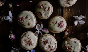 Sablés amande, chocolat blanc pétales de rose