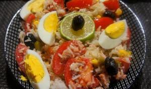 Salade de riz aux tomates, thon, maïs, œufs et olives