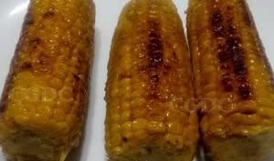 Epis de maïs frais grillés au beurre salé