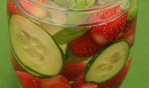 Eau détox fraises concombre basilic