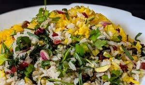 Riz aux barberries, pistaches et mélange d'herbes