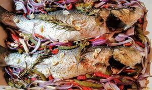 Bars rôtis au four aux poivrons et herbes fraîches au piment d'Espelette