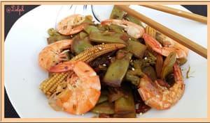 Wok de crevettes aux haricots mange-tout et petits maïs
