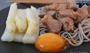 Soba aux asperges, œuf mariné au soja et porc