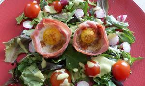 Nids d'œufs de caille sur salade colorée