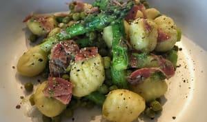 Gnocchis aux asperges, petits pois et coppa