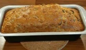 Recette du cake salé maison aux lardons, olives et champignons.