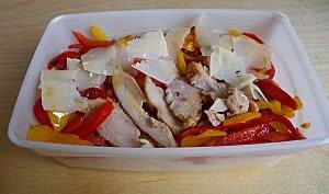 Salade de pâtes aux poivrons, poulet grillé et parmesan