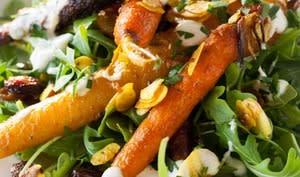 Salade de carottes rôties au curcuma, amandes et raisins secs