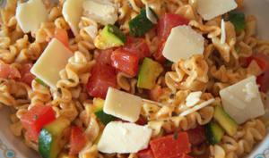 La salade de pâtes aux courgettes, tomates et basilic