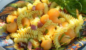 Salade de pâtes au melon, jambon de Parme et basilic