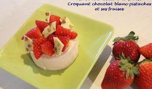 Panna cotta à la fraise, croquant chocolat blanc pistaches et ses fraises
