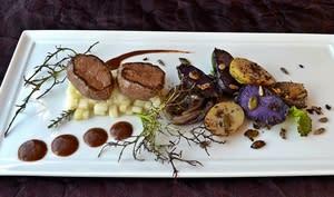 Noisettes de chevreuil, poires, vitelottes, grenailles, oignons rouge
