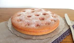 Gâteau moelleux sans beurre aux litchis, rose et coulis de fraise