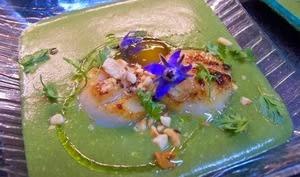 Crème de laitue, Saint Jacques poêlées, oeufs de cailles confits à froid et noisettes grillées, filet d'huile de truffe