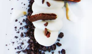 Crème de yaourt au chocolat blanc, sable de chocolat et anone...