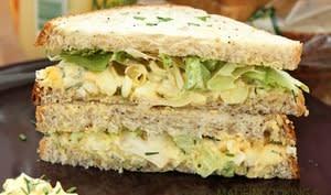 Sandwich aux oeufs et laitue