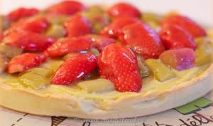 Tarte fraise rhubarbe, crème pâtissière à la pâte de pistache