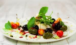 Sablé pistache comme un gnocchi, cerises, lard et burrata
