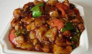 Curry d'aubergines, poivron, tomates, noix, sésame