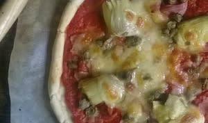 Pizza aux artichauts au jambon et câpres