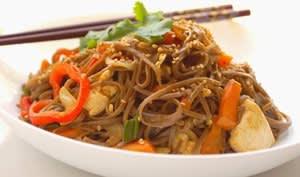 Wok de légumes et nouilles soba sautées