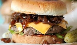 Burger aux oignons caramélisés