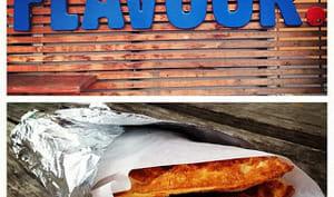 Tacos de gaufres à l'avoine hot dog aux petits oignons et sauce barbecue