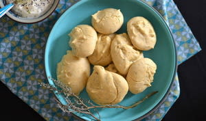 Biscuits aux pois chiches, pavot et aux herbes aromatiques et sauce moutardée à l'échalote