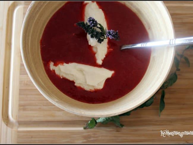 Soupe de fraise à la menthe poivrée, quenelle de ricotta
