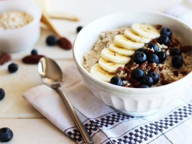Porridge au lait de coco, banane, myrtille et noix de pécan