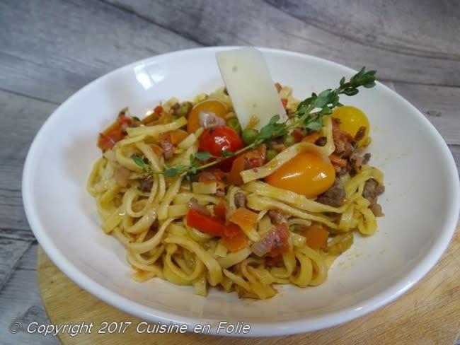 Tagliatelles aux perugina, poivron, carotte, petits pois et tomates
