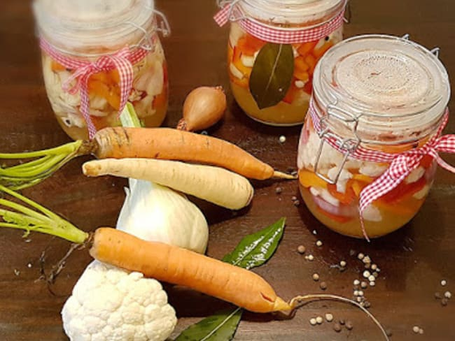 Pickles de légumes de printemps en bocal au vinaigre