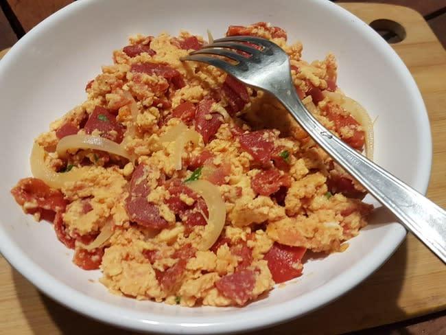 Oeufs brouillés aux tomates et poivrons