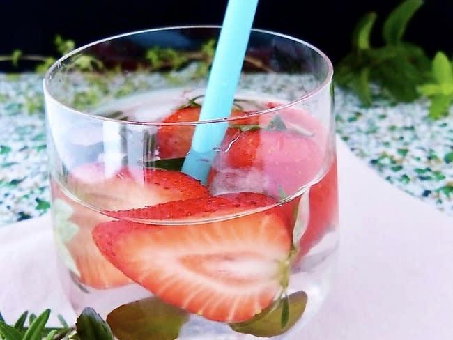 Eau aromatisée à la fraise et à la menthe