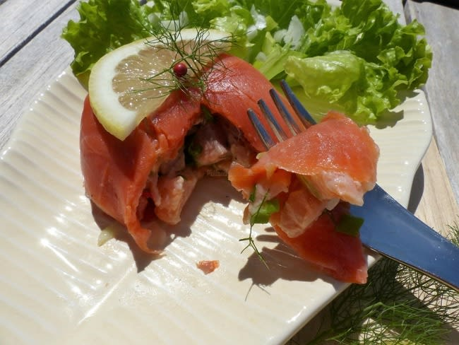 Tartare de saumon frais en habit de saumon fumé