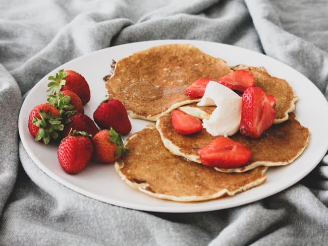Pancakes aux flocons d'avoine, mascarpone, fraises et sirop d'agave