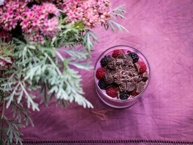 Smoothie framboises, mûres & copeaux de chocolat noir