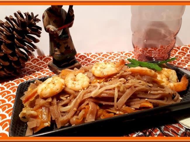 Tagliatelles thaïes de riz rouge aux crevettes et sauce Poke
